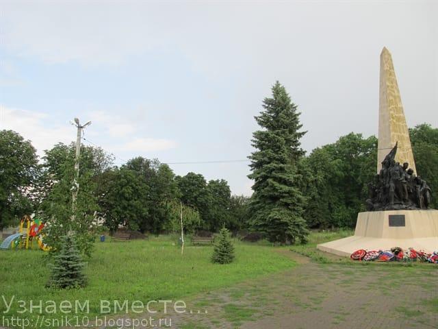 Детская площадка рядом с памятником артиллеристам в селе Большие Салы