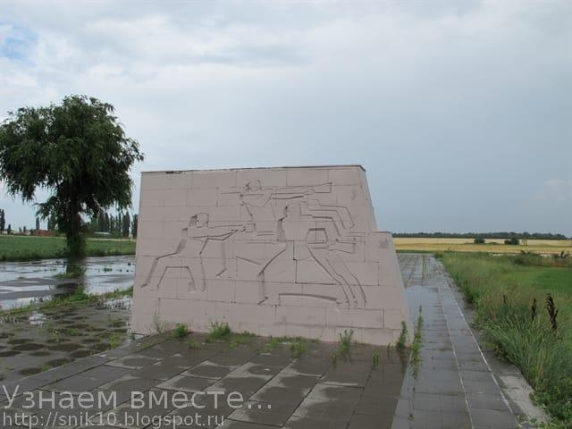 Художественные изображения советских бойцов, высеченные на пилонах