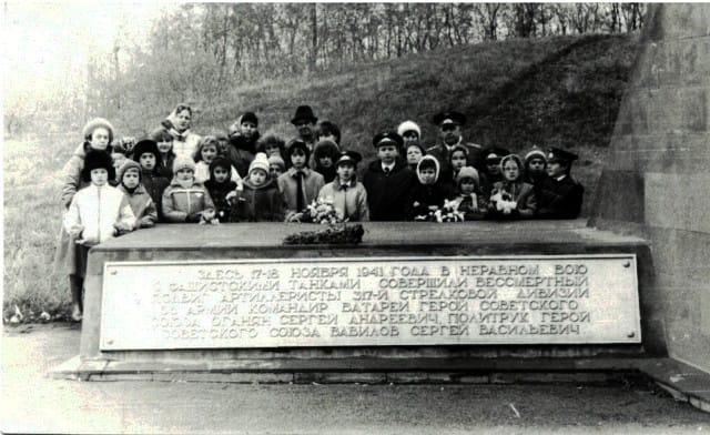 Плиты, с именами бойцов и и кратким описанием их подвига на старых фотографиях