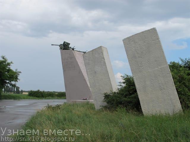Пушка на постаменте в мемориальном комплексе
