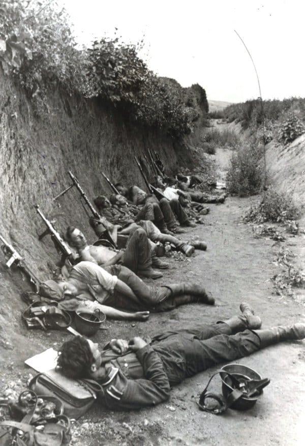 Солдаты штурмового отряда отдыхают после боя на дне противотанкового рва, июль 1942 года, окрестности Ростова-на-Дону